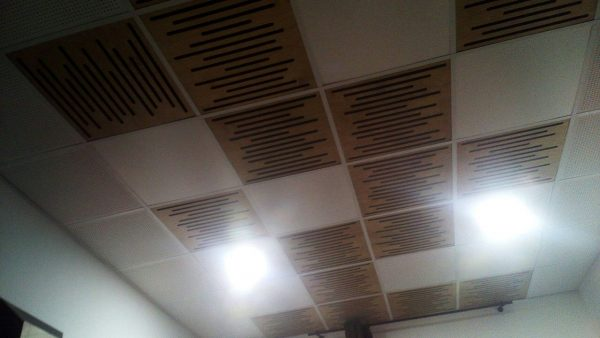Acoustic treatment of the ceiling